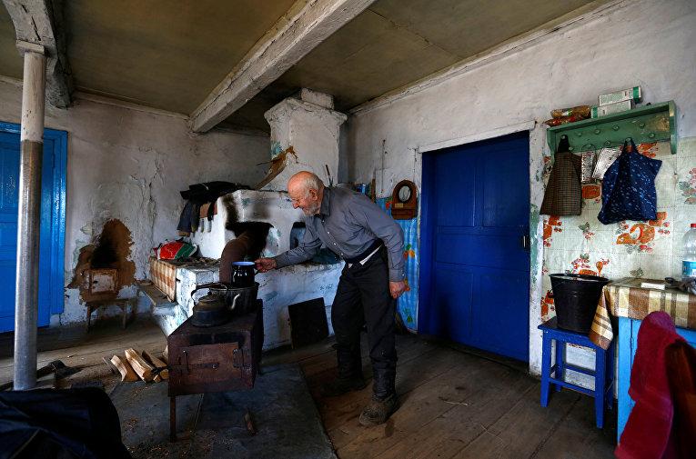 Житель зоны отчуждения Чернобыльской АЭС в своем доме