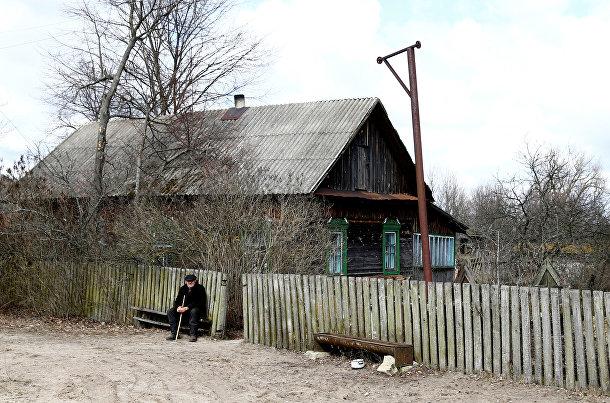 Житель зоны отчуждения Чернобыльской АЭС возле своего дома