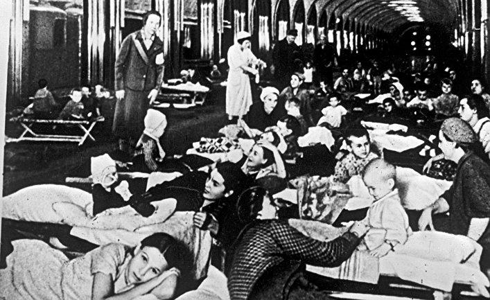 Москвичи в подземном зале станции метро «Маяковская» во время воздушной тревоги