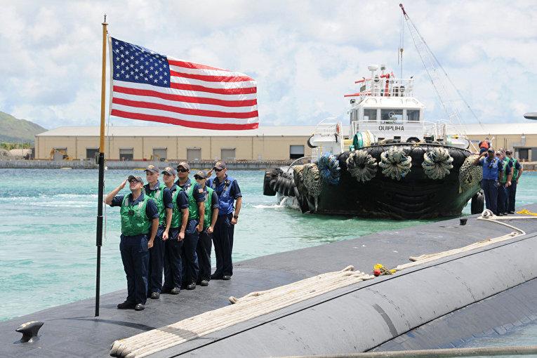 Моряки на военно-морской базе «Апра» на острове Гуам