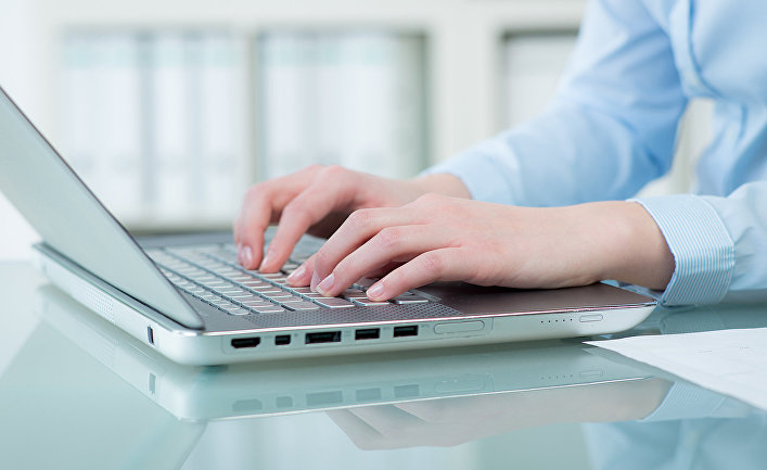 Женщина работает за ноутбуком
