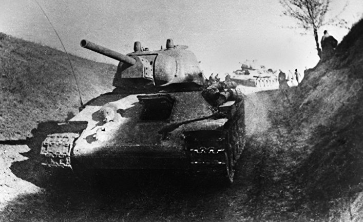 Советские танки Т-34 во время атаки на правом берегу Днепра