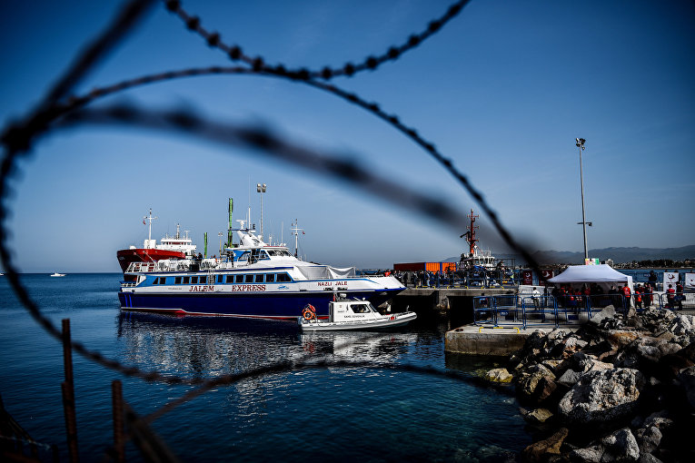 Турецкое судно с депортируемыми из Греции мигрантами