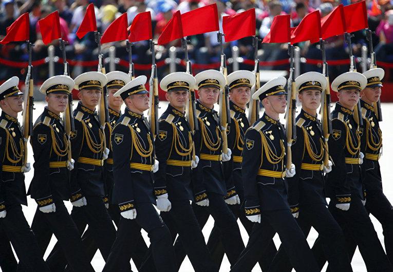 Российские солдаты принимают участие в параде на площади Тяньаньмэнь в Пекине