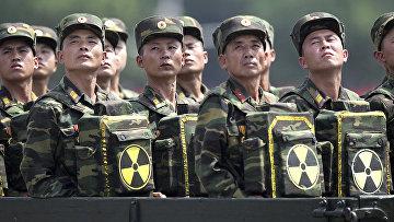 Северокорейские солдаты смотрят в сторону своего лидера Ким Чен Ына