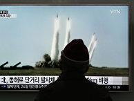 Мужчина смотрит учебный запуск ракет КНДР в сторону Японского моря. Сеул, Южная Корея