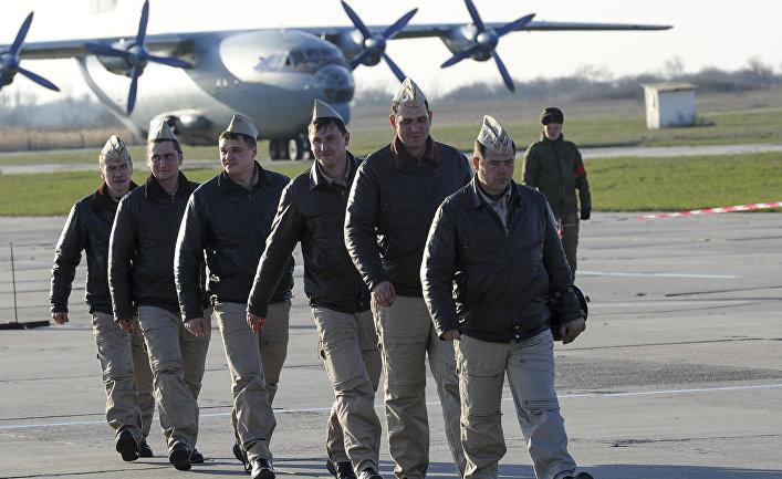 Российские летчики после возвращения из Сирии на авиабазе в Приморско-Ахтарске