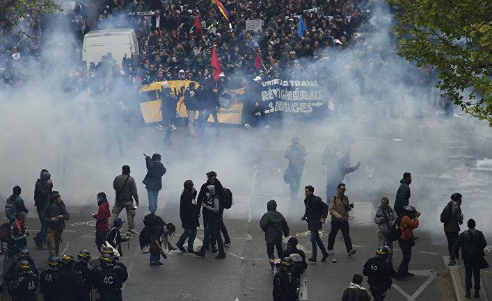 Столкновения с полицией протестующих против трудовой реформы в Париже