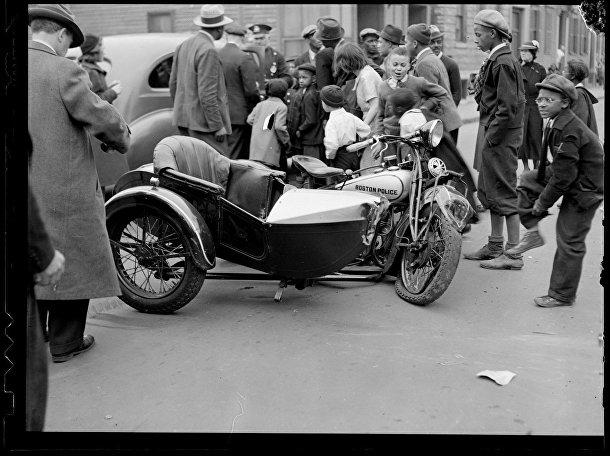 Мотоцикл из охраны первой леди Элеоноры Рузвельт, сбитый автомобилем в Роксбери