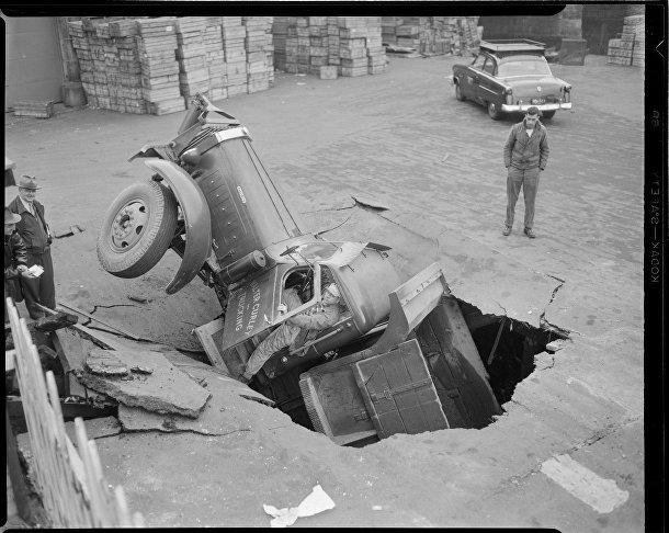 Семитонный самосвал провалился сквозь мост Уоррен Авеню