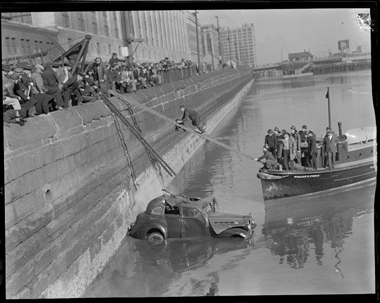 Автомобиль погружается в канал Форт-Пойнт