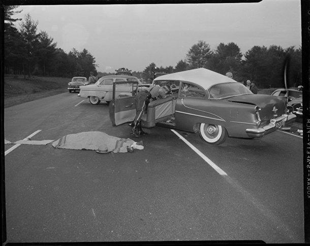 Автомобиль и тело на дороге