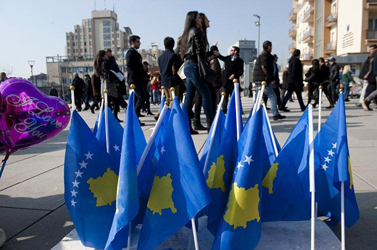Флаги Республики Косово для продажи на площади матери Терезы в столице Косово Приштине
