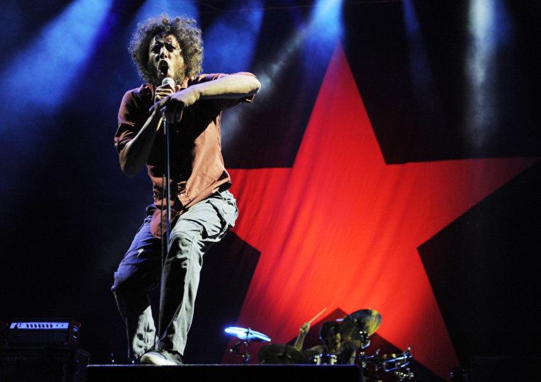 Зак Де Ла Роча из группы Rage Against The Machine во время концерта в Лос-Анджелесе