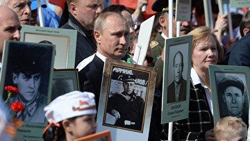 Владимир Путин во время акции «Бессмертный полк»