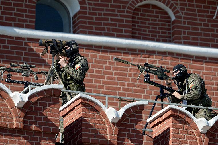 Снайперы во время парада Победы
