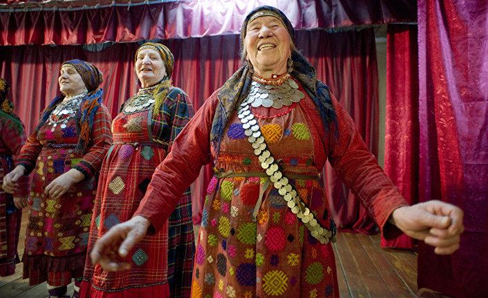 «Бурановские бабушки» выступают в местном клубе в селе Бураново