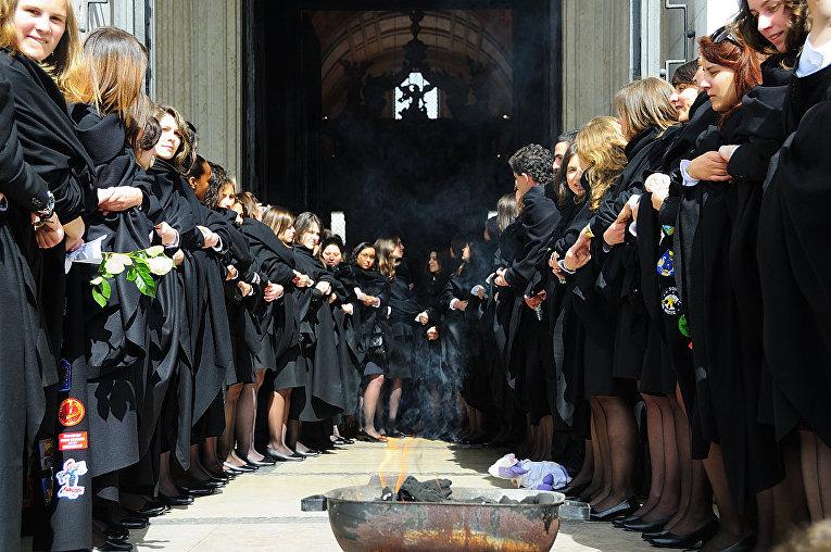 Студенты во время церемонии «Сжигания лент»