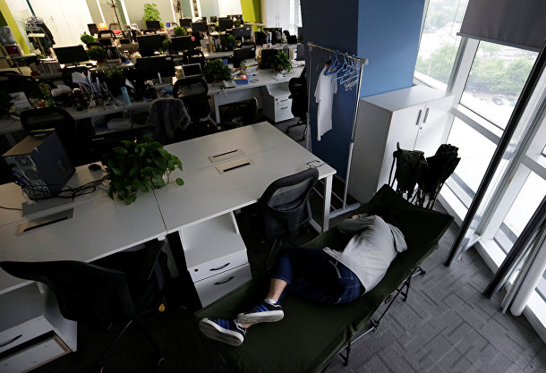 Работать, есть и спать в офисе