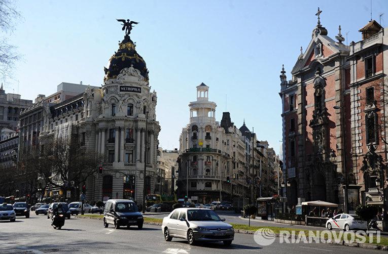 Вид на улицу Гран Виа и здание Эдифисио Метрополис в Мадриде