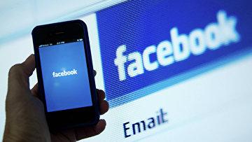Экран телефона с приложением Facebook