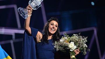 Джамала (Украина), победившая в финале международного конкурса «Евровидение-2016», на церемонии награждения