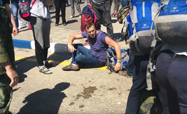 Российский оппозиционер Алексей Навальный и его сторонники после стычки с казаками