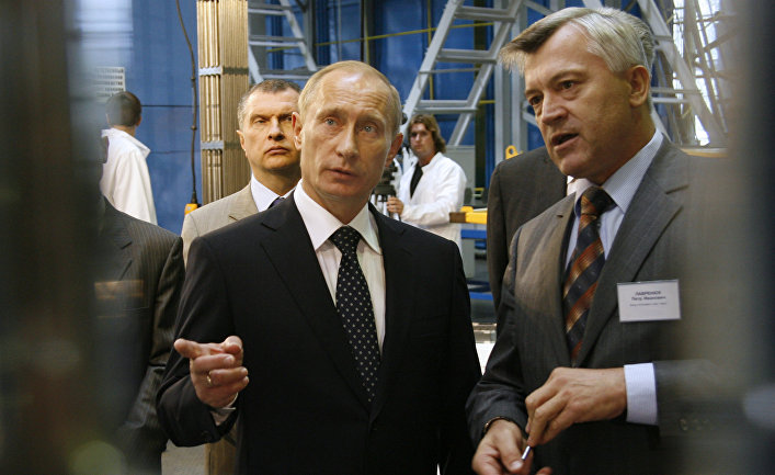 Владимир Путин и вице-президент ОАО «ТВЭЛ» Петр Лавренюк во время посещения одного из крупнейших в мире производителей ядерного топлива для АЭС