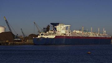 Танкер для транспортировки сжиженного природного газа в порту Эверетт, США
