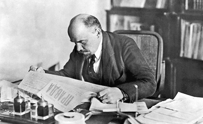 Ленин в рабочем кабинете в Кремле