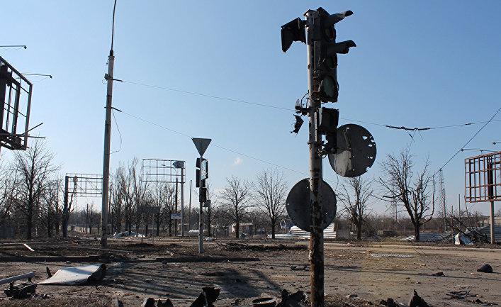 Искореженные во время боевых действий дорожные знаки