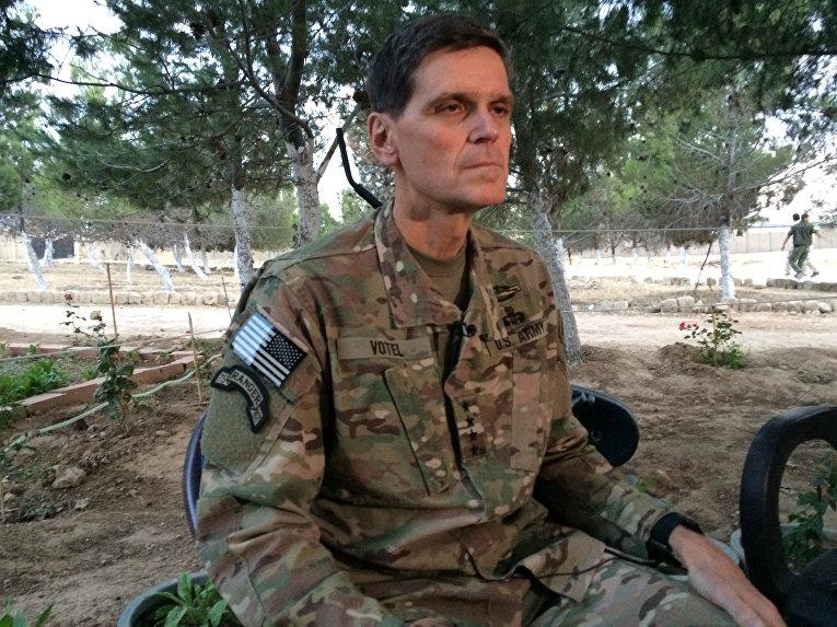 Генерал Джозеф Вотел выступает перед журналистами в Сирии