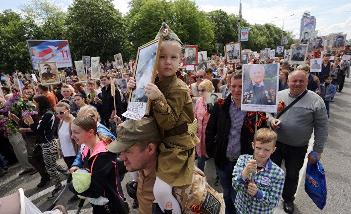 Участники акции «Бессмертный полк» во время шествия в Донецке