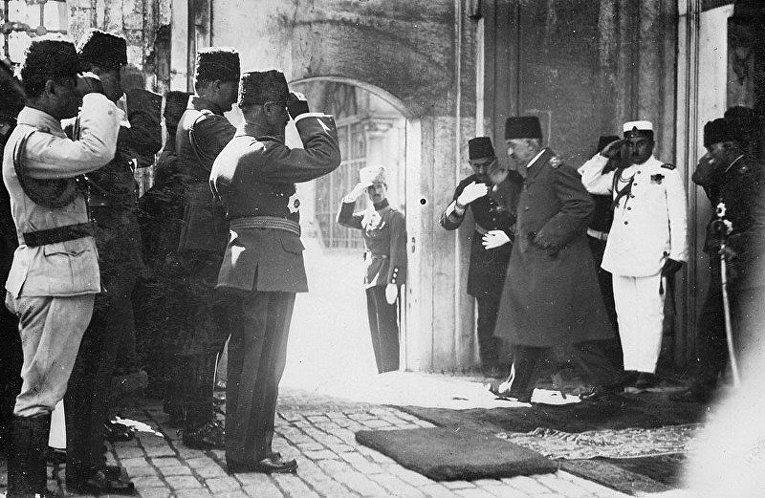 Мехмед VI покидает Стамбул