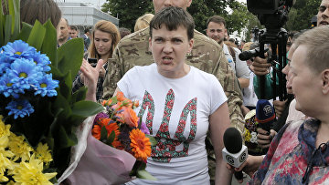 Украинская летчица Надежда Савченко выступает перед СМИ