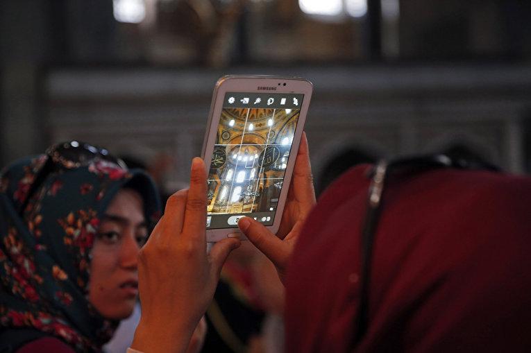 Туристы в соборе Святой Софии в Стамбуле