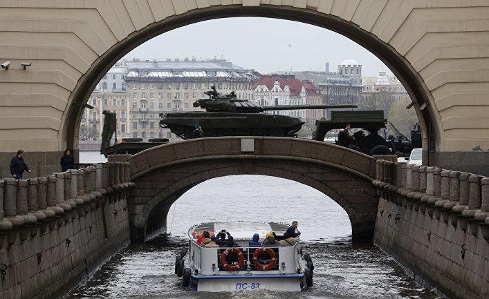 Танк Т-72 во время репетиции военного парада ко Дню Победы
