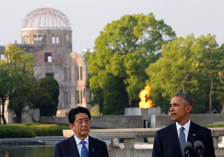 Президент США Барак Обама и премьер-министр Японии Синдзо Абэ у мемориала жертвам атомной бомбардировки в Хиросиме