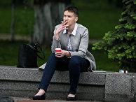 Надежда Савченко возле здания Верховной рады ожидает открытия