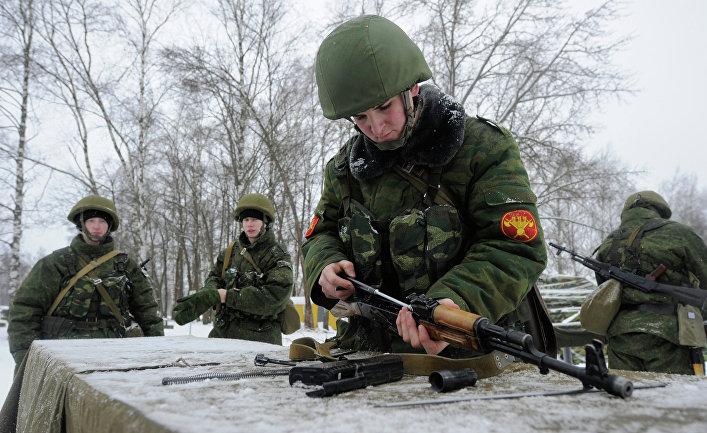 Боец сдает норматив по сборке автомата АК-47