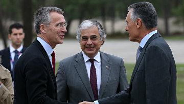 Генеральный секретарь НАТО Йенс Столтенберг, президент Португалии Анибал Каваку Силва и министр обороны Хосе Педро Агуиар-Бранко