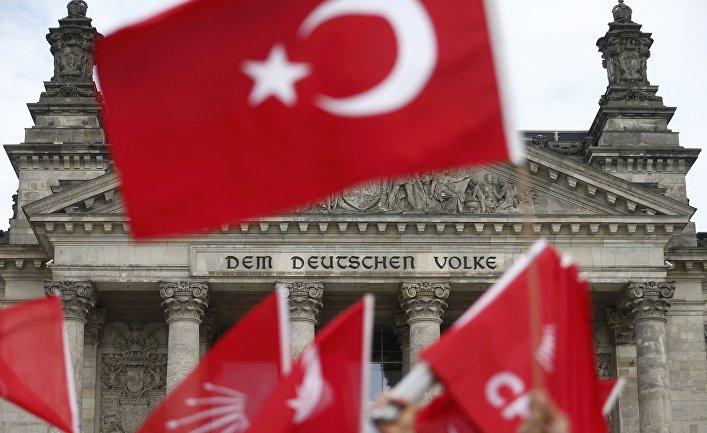 Протестующие против голосования о признании геноцида армян у здания бундестага в Берлине