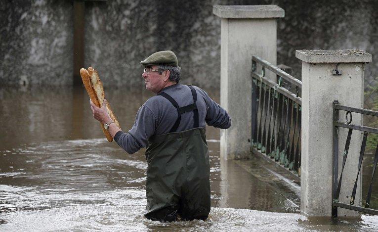 Местный житель во время наводнения во Франции