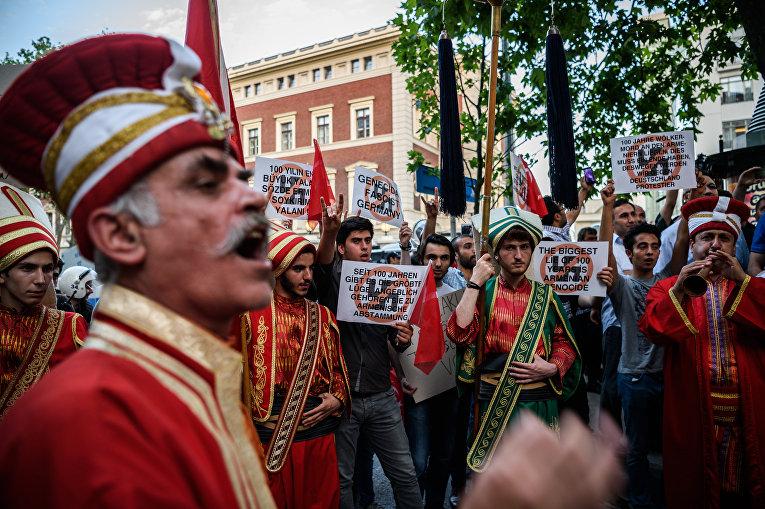 Акция протеста у здания консульства Германии в Стамбуле