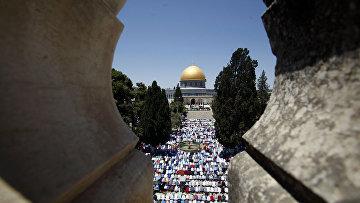 Палестинцы молятся в мечети аль-Акса во время месяца Рамадан
