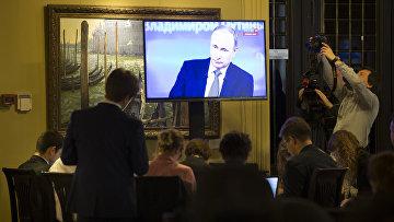 Журналисты смотрят «Прямую линию» с Владимиром Путиным
