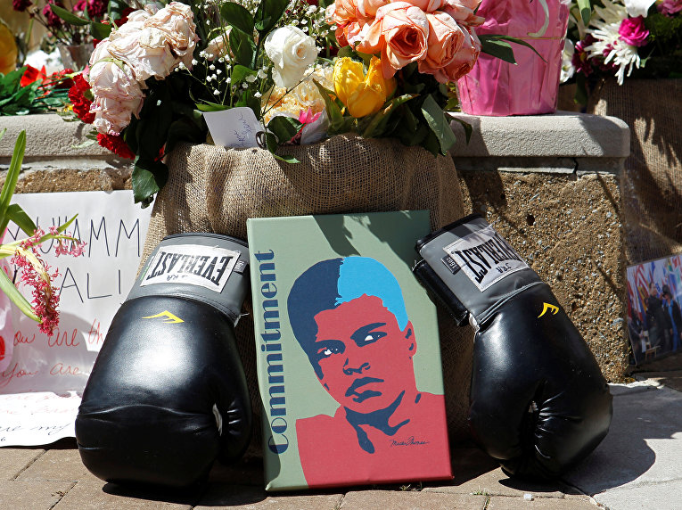 Цветы и личные вещи в память о Мухаммеде Али