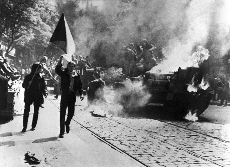 Горящий советский танк у здания Чешского радио в Праге, 1968 год