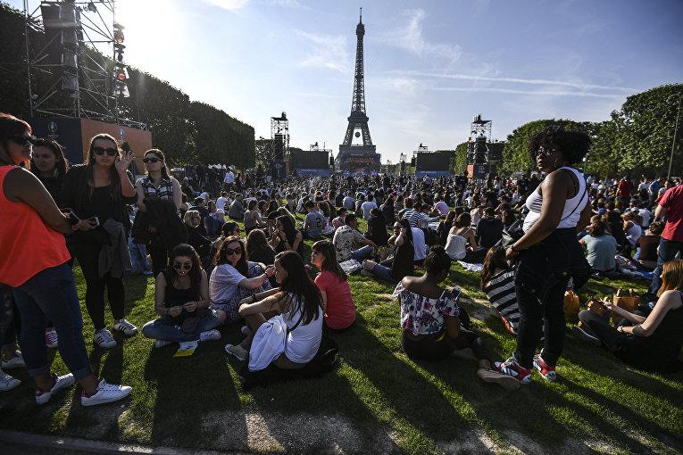 Болельщики в фан-зоне Чемпионата Европы по футболу 2016 перед Эйфелевой башней в Париже