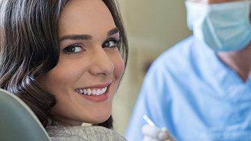 Женщина на приеме у зубного врача